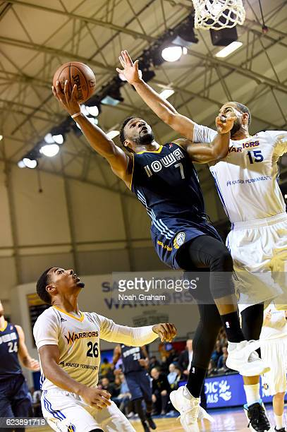 Wayne Selden of the Iowa Energy drives to the basket against Mychel Thompson of the Santa Cruz Warriors on November 16 2016 at Kaiser Permanente...