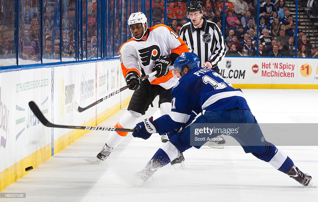 Wayne Simmonds #17 of the Philadelphia Flyers and Tom Pyatt #11 of the Tampa Bay Lightning battle for the puck during the second period of an NHL game at the Tampa Bay Times Forum on January 27, 2013 in Tampa, Florida.