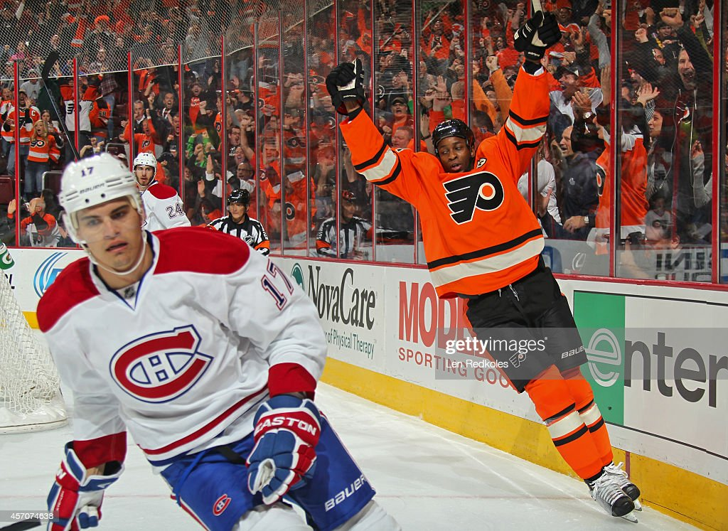 Wayne Simmonds of the Philadelphia Flyers celebrates his first period goal against the Montreal Canadiens on October 11 2014 at the Wells Fargo...