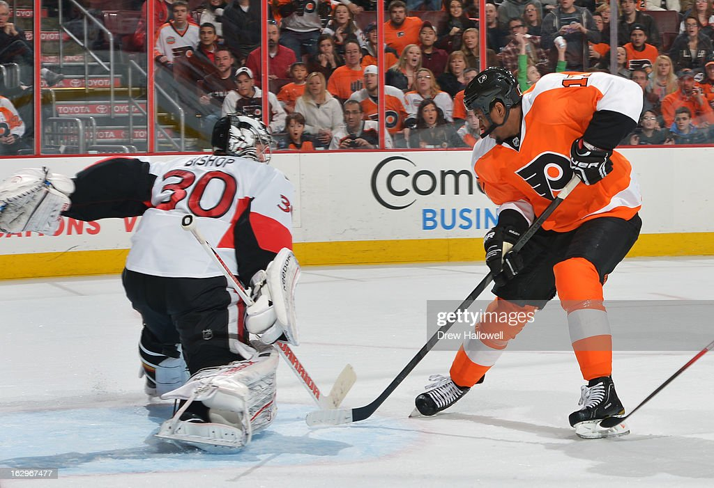 Wayne Simmonds #17 of the Philadelphia Flyers goes to the back hand to beat Ben Bishop #30 of the Ottawa Senators for the eventual game-winning goal at the Wells Fargo Center on March 2, 2013 in Philadelphia, Pennsylvania.