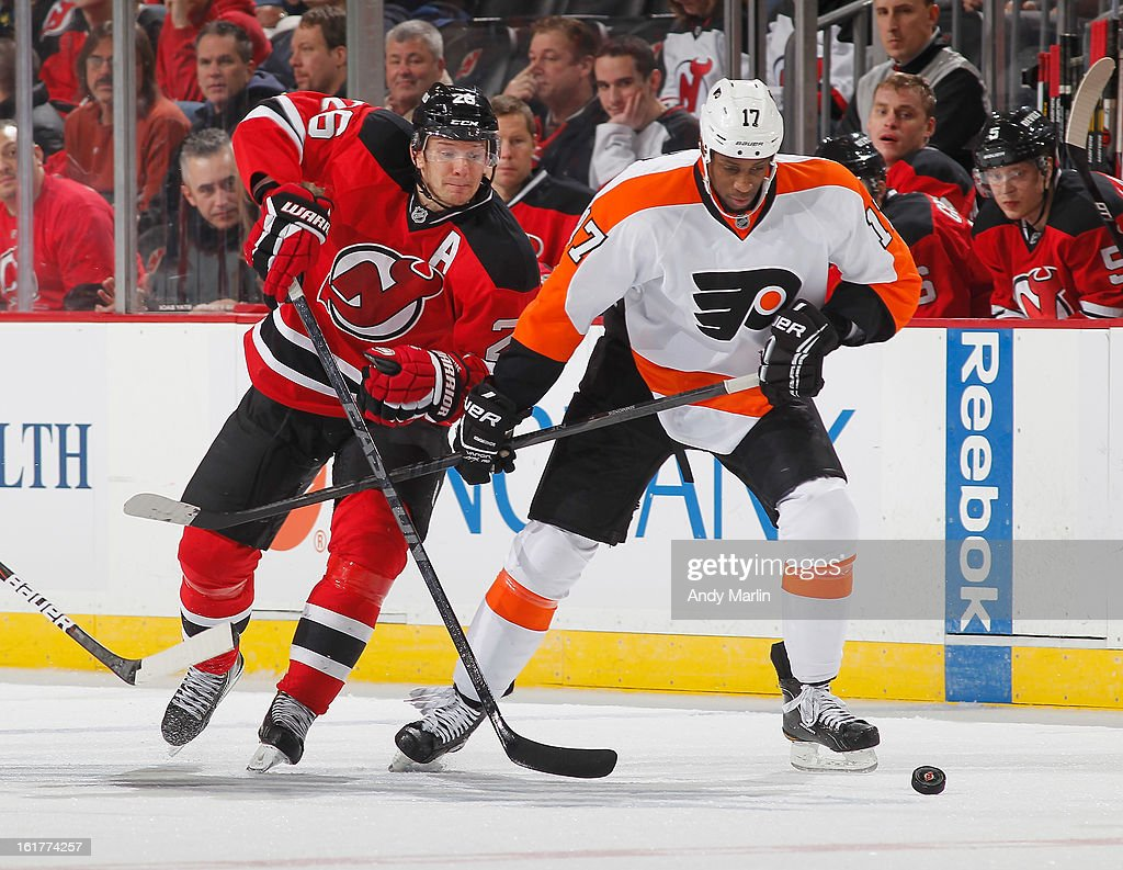 Wayne Simmonds #17 of the Philadelphia Flyers Patrik Elias #26 of the New Jersey Devils battle for a loose puck during the game at the Prudential Center on February 15, 2013 in Newark, New Jersey.