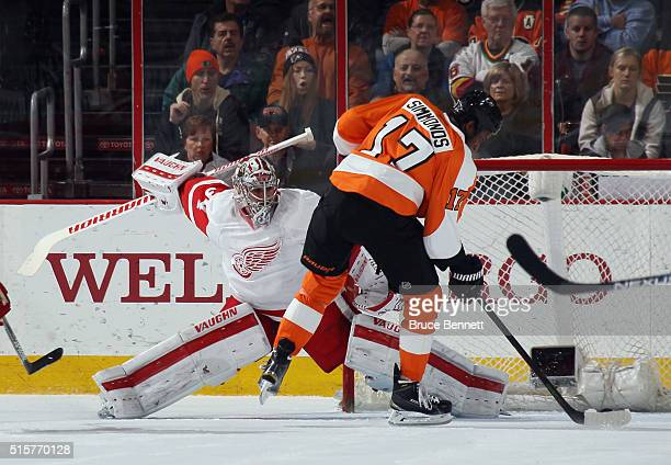 Wayne Simmonds of the Philadelphia Flyers scores at 655 of the first period against Petr Mrazek of the Detroit Red Wings at the Wells Fargo Center on...