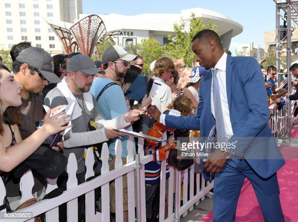 Wayne Simmonds of the Philadelphia Flyers signs autographs for fans as he attends the 2017 NHL Awards at TMobile Arena on June 21 2017 in Las Vegas...