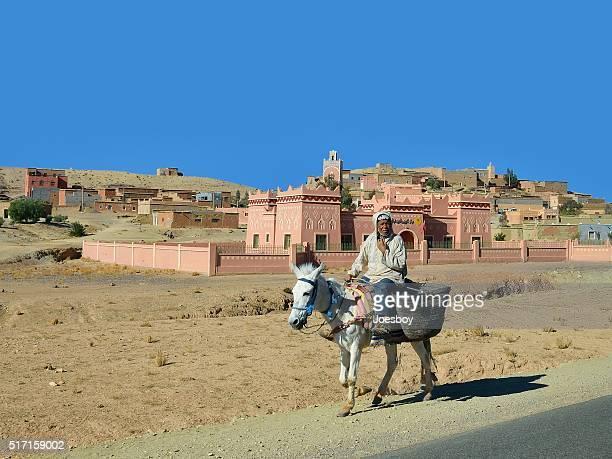 Riche culture berbère homme équitation cheval blanc