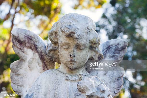 Verwitterte Marmor-statue der kleinen Engel