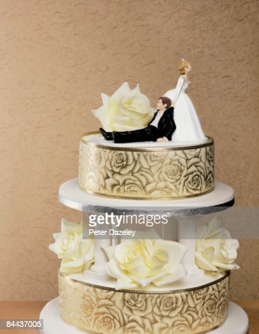 Wedding cake with wife dragging husband photo getty images for Interieur wedding cake