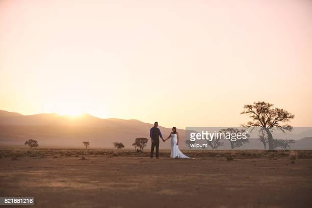 Bruiloft paar in staande in woestijn