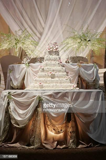 ヘッドテーブルとケーキのウェディング
