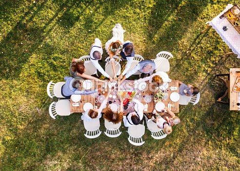 Hochzeitsfeier Draussen Im Hinterhof Stock Foto Thinkstock