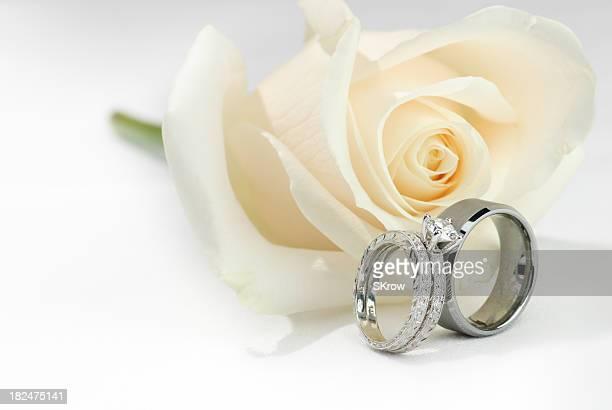 Anneaux de mariage et une Rose blanche