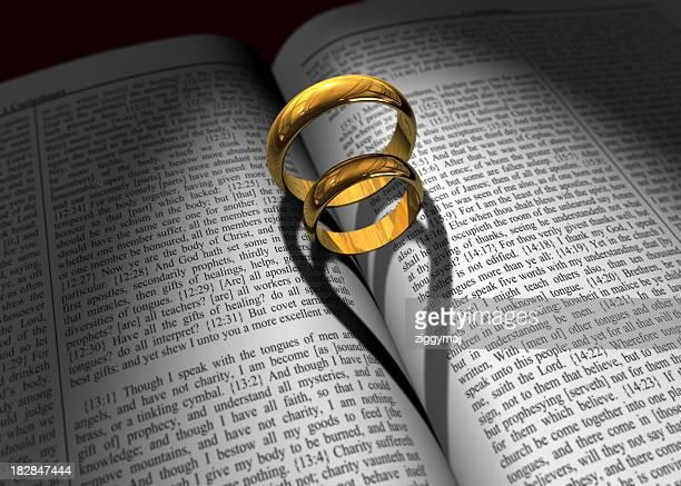Hochzeitsringe und Bibel