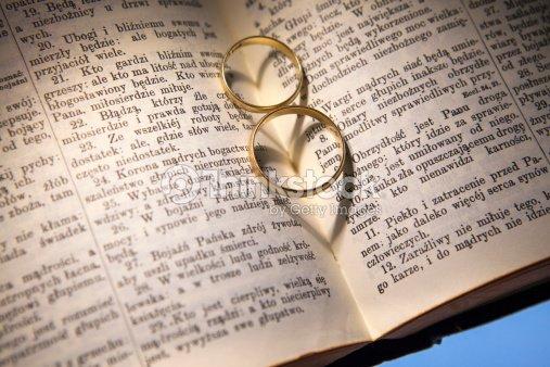 Biblia Y Matrimonio : Anillos de boda y biblia foto stock thinkstock
