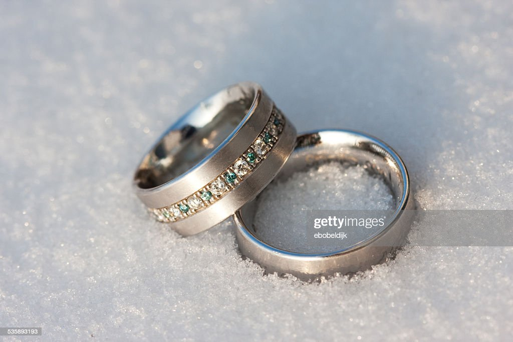 Wedding rings on the snow : Stockfoto