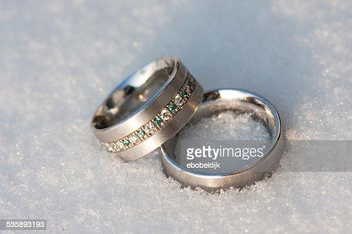 雪の上の結婚指輪 : ストックフォト