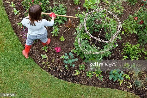 Désherber Garden Flower lit avec Hoe