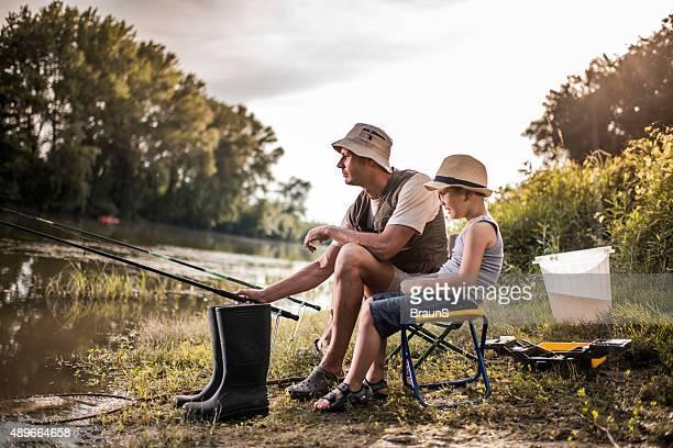 Wochenende Fluss angeln von einem Vater und Sohn her.