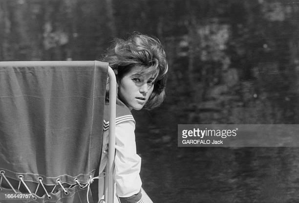 A Weekend With Sheila Attitude de SHEILA 16 ans et demi se retournant assise sur un pédalo sur la rivière Yerres à côté de sa maison de BRUNOY