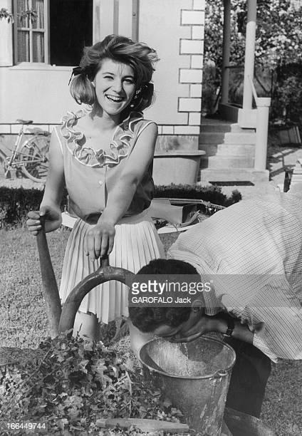 A Weekend With Sheila Attitude riante de SHEILA 16 ans et demi pompant l'eau du puits dans la cour de sa maison de BRUNOY un homme non identifié en...
