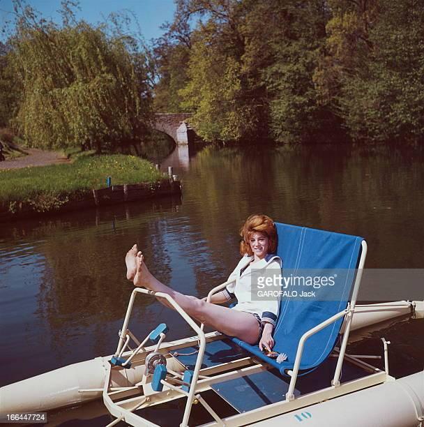 A Weekend With Sheila Attitude souriante de SHEILA 16 ans et demi assise sur un pédalo sur la rivière Yerres près de sa maison de BRUNOY