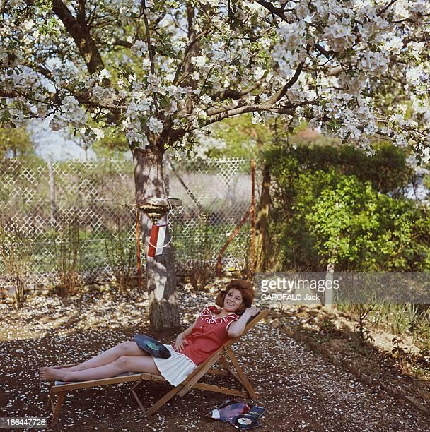 A Weekend With Sheila Sous un pommier en fleurs attitude souriante de SHEILA 16 ans et demi allongée sur une chaise longue dans le jardin de sa...
