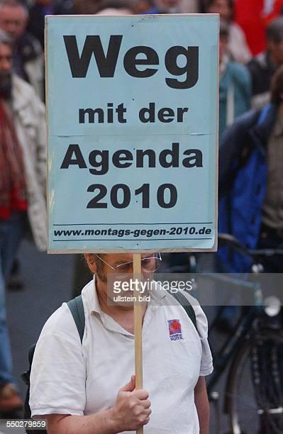 Weg mit der Agenda 2010 fordert ein Demonstrant in Berlin anlässlich der Montagsdemonstration gegen die Arbeitsmarktreform Hartz IV in Berlin
