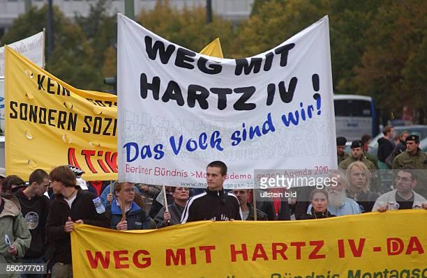 Weg mit Hartz IV fordern Demonstranten in Berlin anlässlich der MontagsDemonstration gegen die Arbeitsmarktreform Hartz IV in Berlin