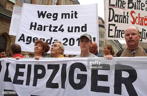 Weg mit Hartz4 und Agenda 2010 fordern Demonstranten anlässlich der Leipziger MontagsDeomonstration gegen die Arbeitsmarktreformen Hartz IV