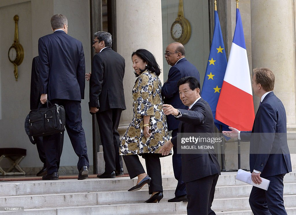 Wei Jiafu (2ndR) of China, Chairman of the Board of China Ocean Shipping waves as he arrives at the Elysee Palace for a dinner organized with the World Economic Forum in Davos with leaders of major international companies and French President at the Elysee Palace in Paris on June 25, 2013.