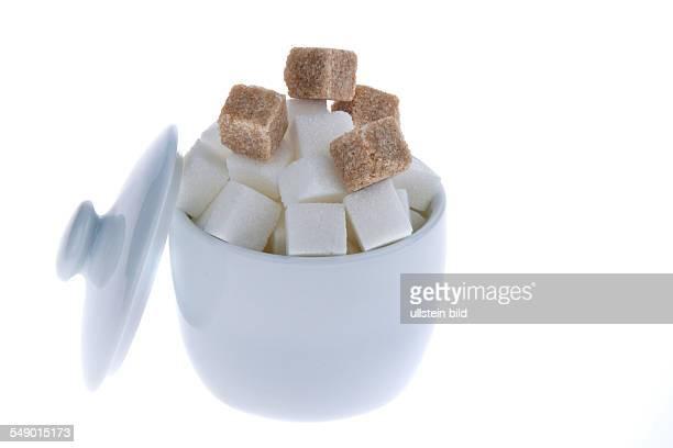 Weißer und brauner Würfelzucker in einer Zuckerdose