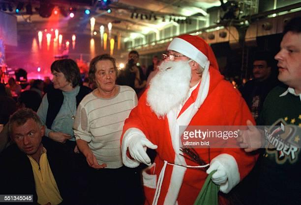 Weihnachten fuer Obdachlose mit Frank Zander Geschenke werden verteilt im Hotel Estrel gemeinsam mit dem Diakonischen Werk BerlinBrandenburg...