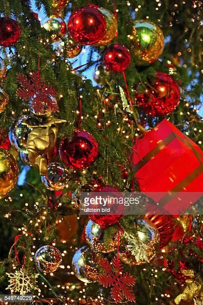Weihnachtsbaumkugeln und Geschenkpakete am Weihnachtsbaum in Wolfsburg