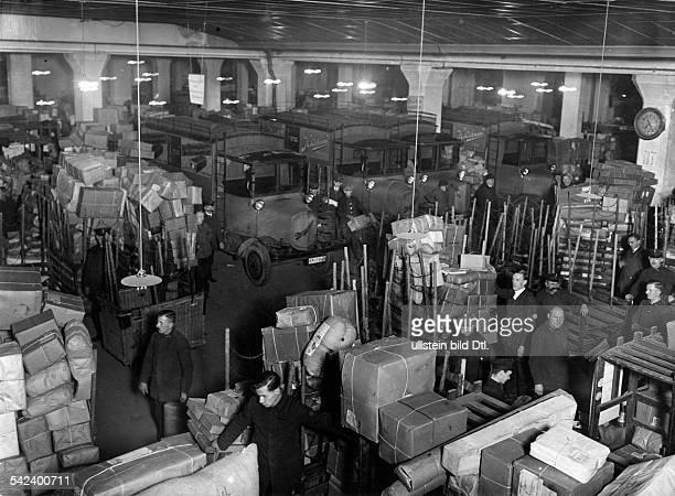 Weihnachtspaketbetrieb in der grossenHalle des Hauptpaketpostamtes in derOranienburger Str Berlin1929