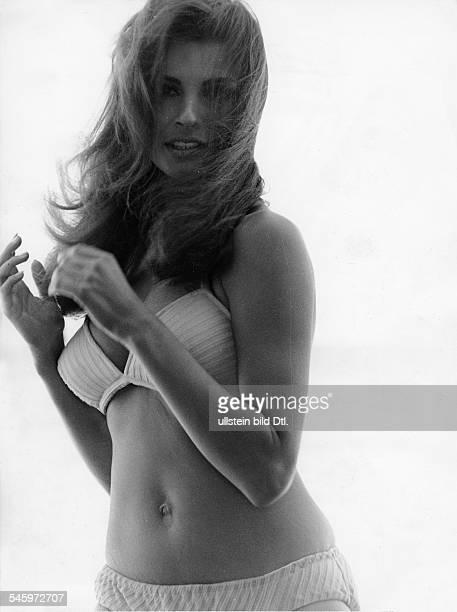Welch Raquel *Schauspielerin USA Halbportrait im Bikini 1967