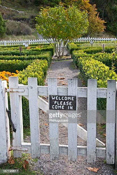 Welcome-Schild auf Garten-Tor