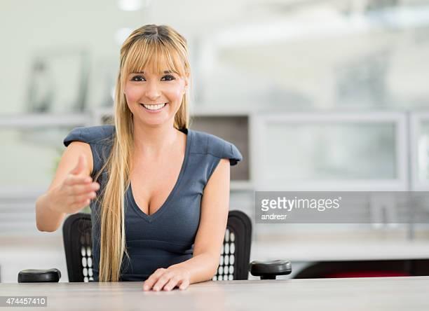 Freundliche business-Frau im Büro