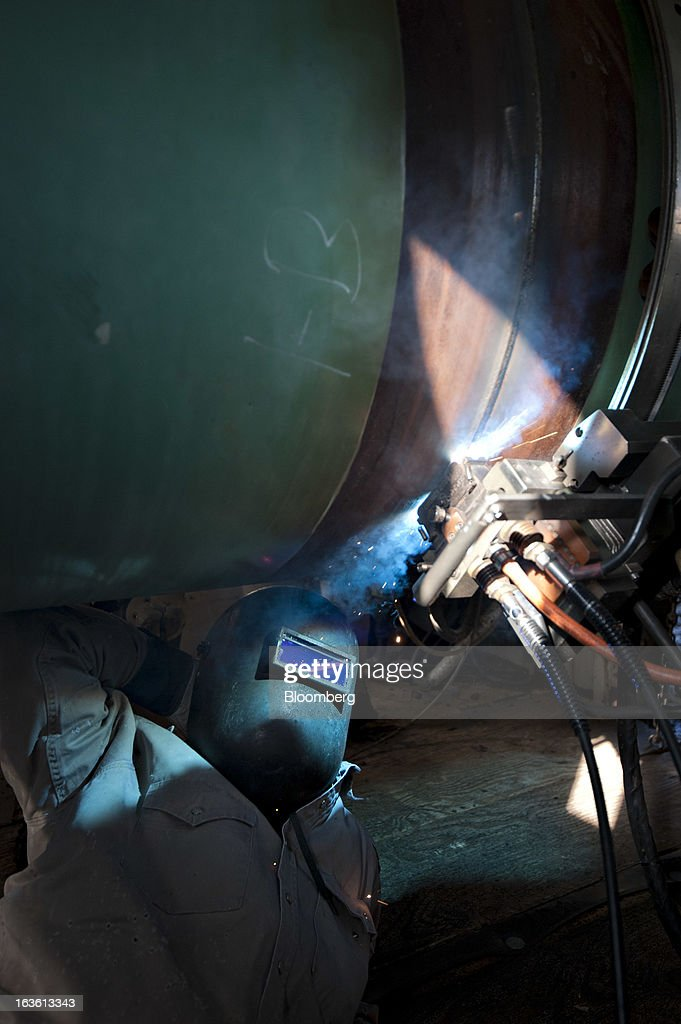 Welder Jerry Smith monitors an automated welding machine as it welds two sections of pipe on a Gulf Coast Project pipeline in Atoka, Oklahoma, U.S., on Monday, March 11, 2013. The Gulf Coast Project, a 485-mile crude oil pipeline being constructed by TransCanada Corp., is part of the Keystone XL Pipeline Project and will run from Cushing, Oklahoma to Nederland, Texas. Photographer: Daniel Acker/Bloomberg via Getty Images