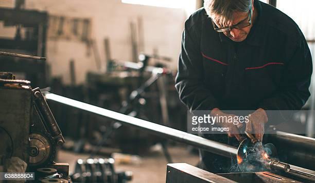 Soudeur en métal de soudage en atelier avec étincelles