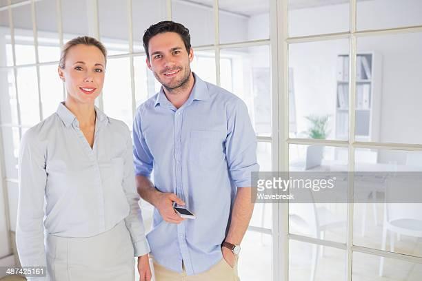 Gut angezogen business-Paar im Büro