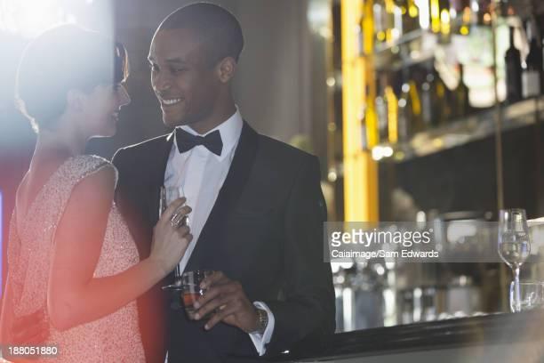 Bien habillés couple au bar de luxe