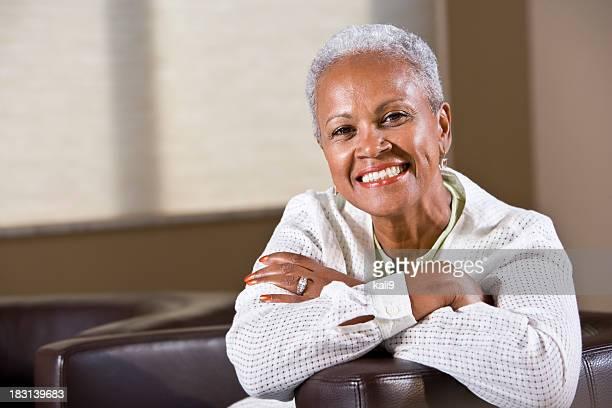 Gut gekleidete senior afrikanische amerikanische Frau