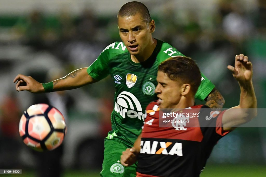 Wellington Paulista (L) of Brazil's Chapecoense vies for the ball with Gustavo Cuellar (R) of Brazil's Flamengo during their 2017 Copa Sudamericana football match held at Arena Conda stadium, in Chapeco, Brazil, on September 13, 2017. /