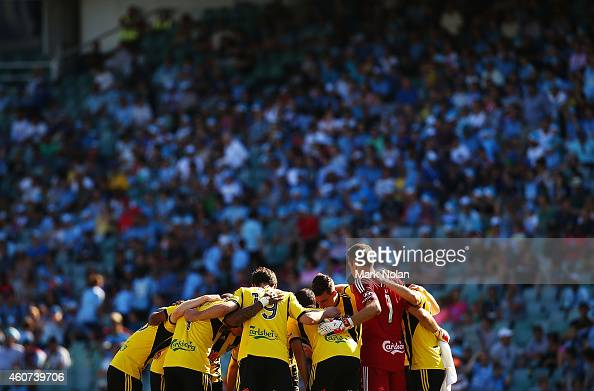 Wellington Phoenix form a hudle before the round 12 ALeague match between Sydney FC and Wellington Phoenix at Allianz Stadium on December 21 2014 in...