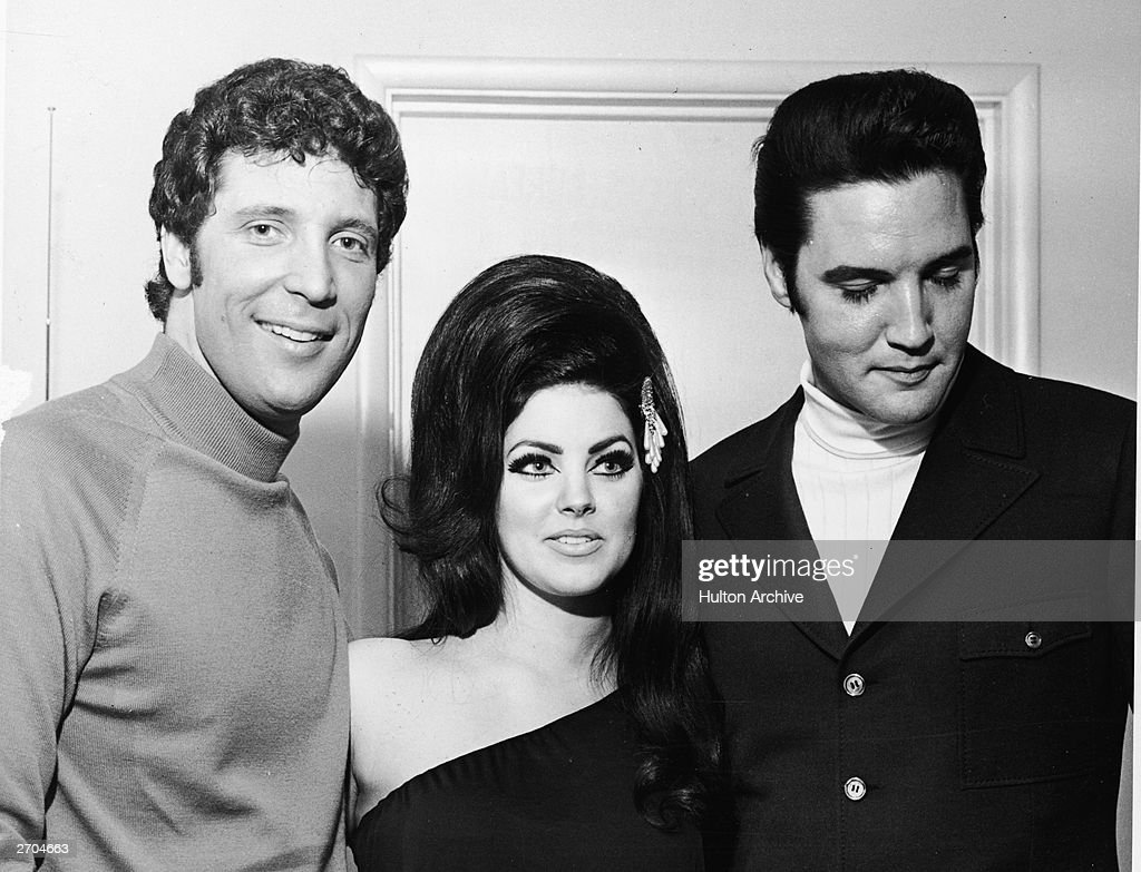 Welsh-born entertainer Tom Jones poses with <a gi-track='captionPersonalityLinkClicked' href=/galleries/search?phrase=Elvis+Presley&family=editorial&specificpeople=67209 ng-click='$event.stopPropagation()'>Elvis Presley</a> and his wife Priscilla, Las Vegas, Nevada, 1st July 1971.