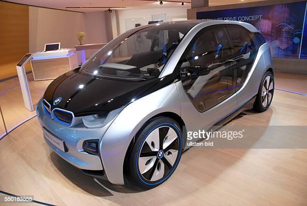 BMW Welt München Präsentation aktueller BMWElektrofahrzeuge im Ausstellungsraum Hier der rein elektrisch angetriebene Kleinwagen BMW i3 Concept