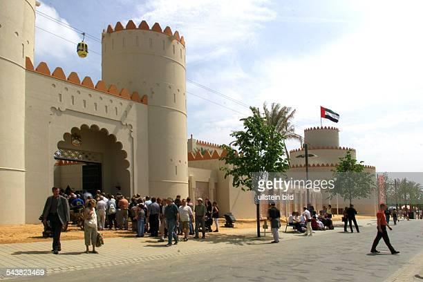 Weltausstellung EXPO 2000 Hannover Der Pavillon ist dem alten Wüstenfort Jahali in Al Ain nachempfunden Durch das Eingangstor zwischen zwei 18 Meter...