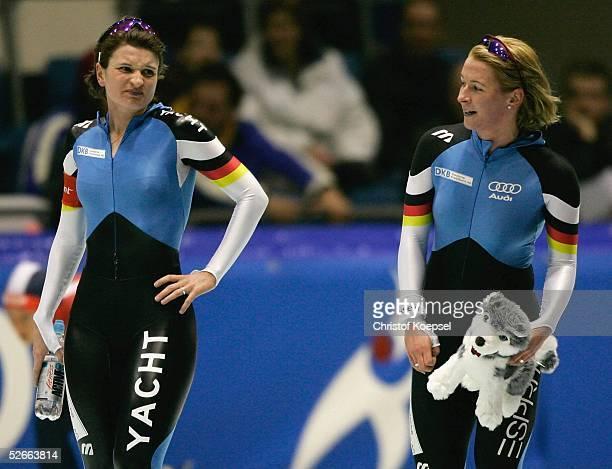 Weltcup 04/05 Heerenveen 190205 3000 Meter Damen Daniela ANSCHUETZ/GER schaut neidisch auf die Siegerin Claudia PECHSTEIN/GER die sie besiegen konnte