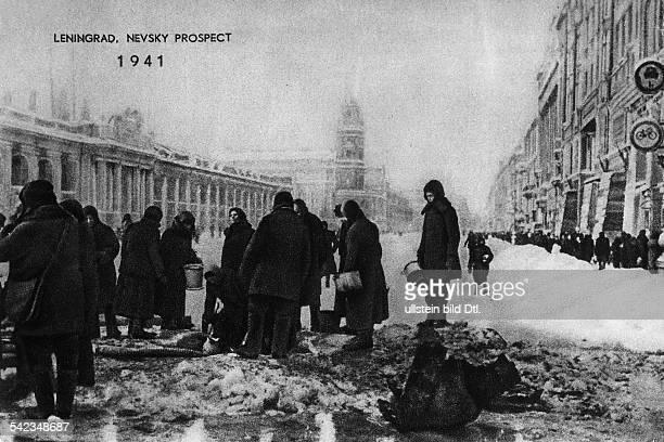 2 Weltkrieg Belagerung Leningrad Newsky ProspektBevölkerung an einer Wasserstelle währendder Belagerung der Stadt Winter 1941
