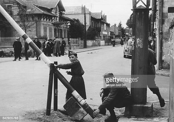 2 Weltkrieg Frankreich Fotoserie 'Jenseits der BesatzungsGrenze in Frankreich'Schlagbaum an der Grenze zwischen dem von Deutschland besetzten...