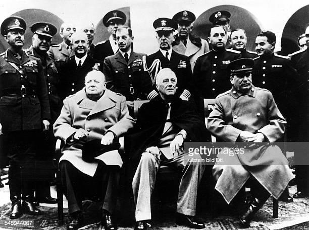 2 Weltkrieg Konferenz Jalta Pressetermin im Hof des ehemaligen Zarenschlosses Liwadija der britische Premierminister WinstonChurchill der...