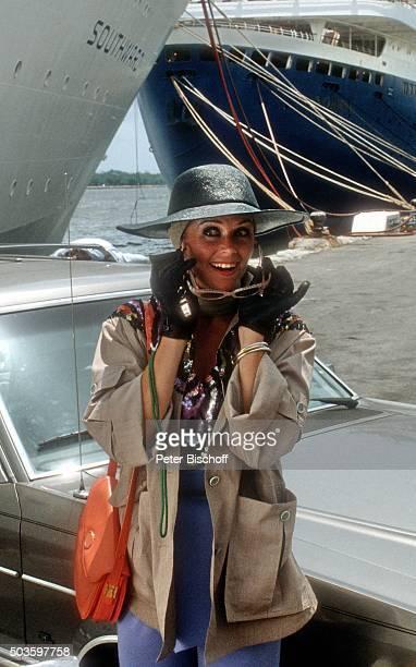 'Wencke Myhre in einem Sketch ARDShow ''Wencke voraus eine Bühnenshow mit Wencke Myhre auf hoher See'' am vor Kreuzfahrtschiff MS ''Norway'' im Hafen...